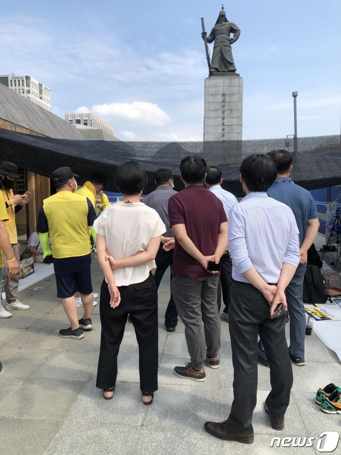 서울 종로구 광화문광장에 설치된 '세월호 기억공간' 철거를 위해 서울시 공무원들이 지난 23일에 이어 24일도 방문했다. © 뉴스1 노선웅 기자