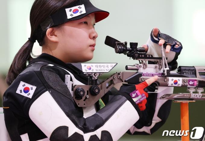 대한민국 사격 권은지가 24일 오전 일본 도쿄 아사카 사격장에서 열린 '2020 도쿄올림픽' 사격 10m 공기소총 여자본선 경기에서 사격을 하고 있다. 2021.7.24/뉴스1 © News1 이재명 기자