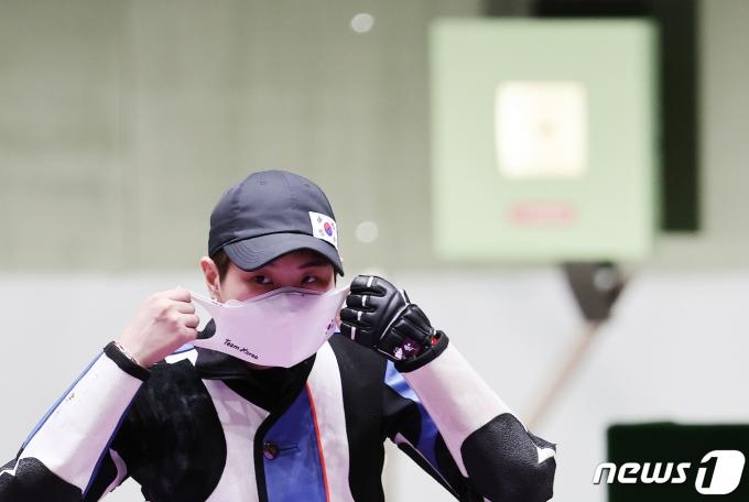 [사진] 마스크 착용하는 박희문