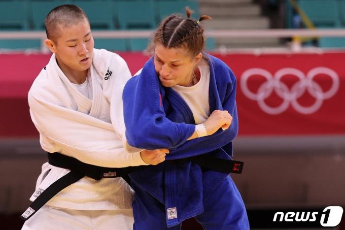 한국의 강유정이 24일 2020 도쿄 올림픽 여자 유도 48㎏급 1회전에서 슬로베니아의 마루사 스탕가르에 한판패했다. © AFP=뉴스1