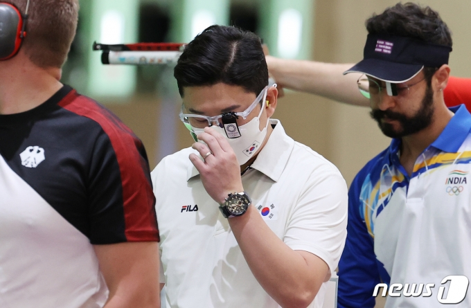 [사진] 안경 고쳐쓰는 진종오