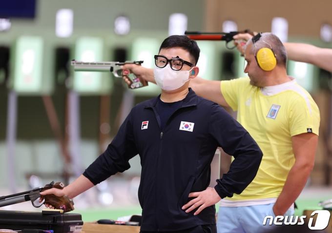 [사진] 김모세 '오늘 사격 쉽지 않네'