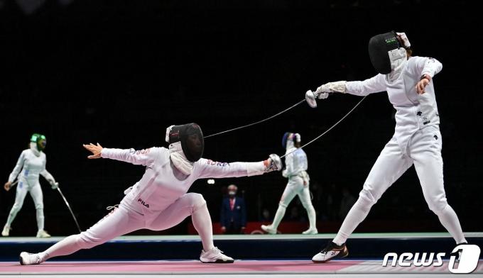 24일 열린 도쿄 올림픽 펜싱 여자 에페 경기 모습. © AFP=뉴스1