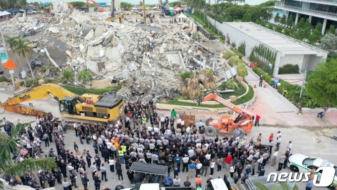 플로리다주 서프사이드의 12층 아파트 붕괴 수색 현장. © 로이터=뉴스1