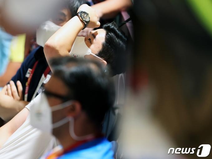 [사진] 점수 확인하는 진종오