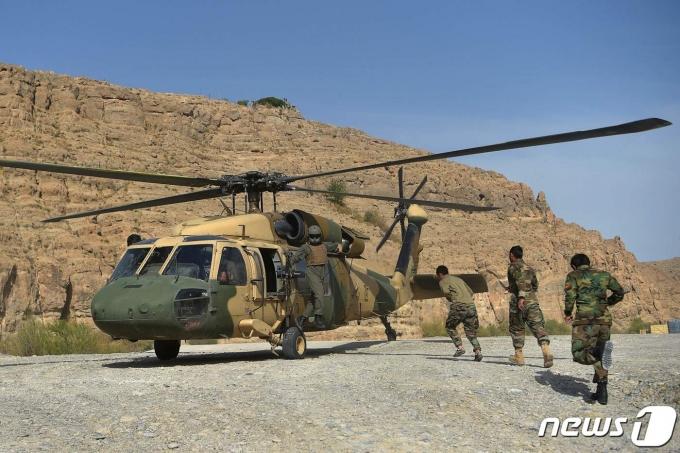 블랙호크 헬리콥터에 탑승하고 있는 아프가니스탄 정부군 병사들. © AFP=뉴스1