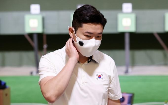 진종오가 24일 일본 도쿄 아사카 사격장에서 열린 2020도쿄올림픽 사격 남자 10m 공기권총 본선에서 15위에 머물려 결선 진출에 실패했다. /사진=뉴시스