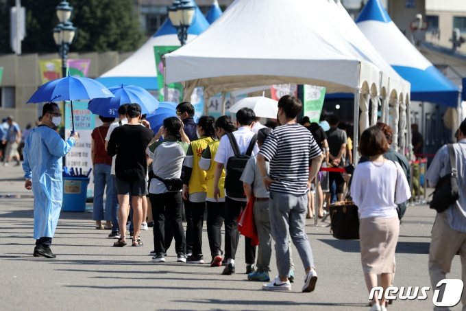 21일 오전 서울 중구 서울역광장에 마련된 신종 코로나바이러스 감염증(코로나19) 선별검사소를 찾은 시민들이 검사를 위해 줄 서 있다. 2021.7.21/뉴스1 © News1 이승배 기자
