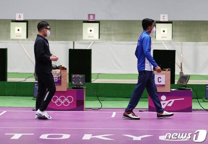 [사진] 공기권총 결선 들어서는 김모세