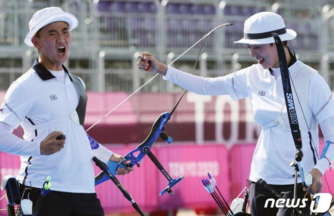 [사진] 은메달 확보에 기뻐하는 안산과 김제덕