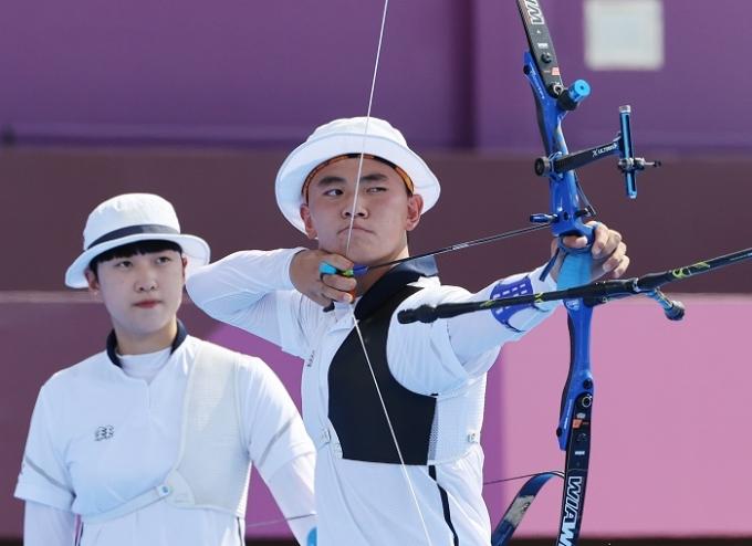 김제적(오른쪽)과 안산이 24일 일본 도쿄 유메노시마 양궁장에서 열린 2020도쿄올림픽 양궁 혼성단체전 준결승에서 승리해 결승 진출을 확정했다. /사진=뉴스1