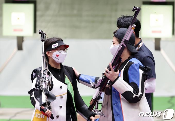 대한민국 사격 권은지(왼쪽)와 박희문이 24일 오전 일본 도쿄 아사카 사격장에서 열린 '2020 도쿄올림픽' 사격 10m 공기소총 여자 결선 경기에서 탈락한 후 서로 격려하고 있다. 2021.7.24/뉴스1 © News1 이재명 기자