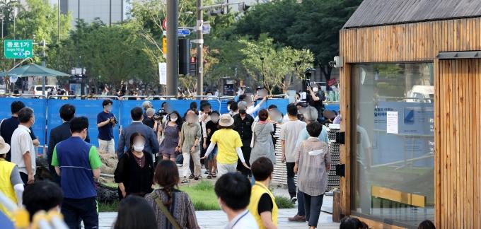 서울시가 광화문광장에 설치된 '세월호 기억공간' 철거를 위해 공간 안에 있는 사진과 물품 정리에 나서겠다고 통보한 23일 오후 물품정리를 반대하는 시민들이 광화문광장으로 도착하고 있다./사진=뉴스1