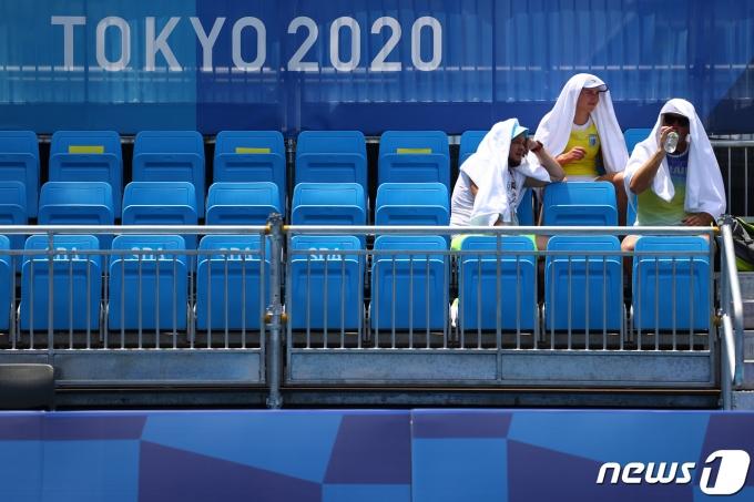 도쿄 아리아케 테니스 공원에서 선수들이 수건을 뒤집어쓰고 물을 마시며 더위를 식히고 있다. © 로이터=뉴스1