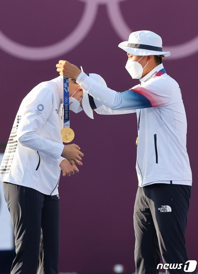 [사진] 서로의 목에 금메달 걸어주는 양궁 안산과 김제덕
