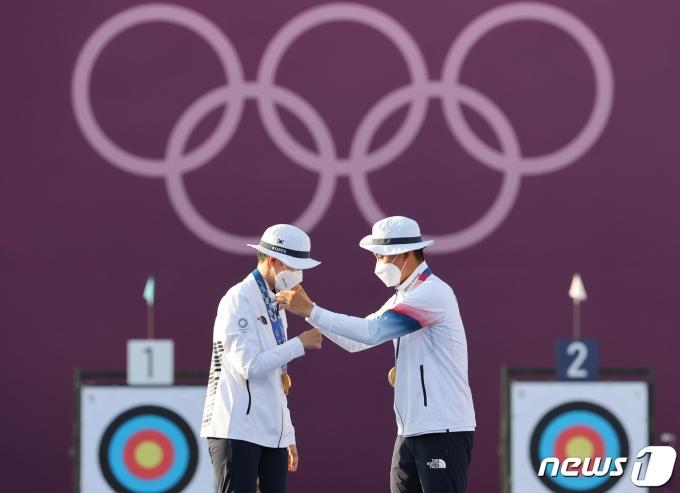 [사진] 서로의 목에 금메달 걸어주는 양궁 막내 남매들