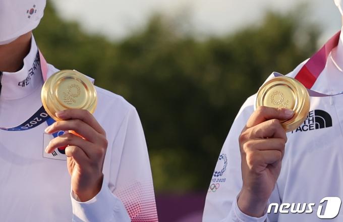 [사진] 양궁 김제덕과 안산의 '금메달'