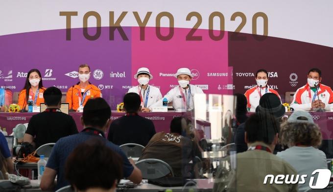 [사진] 도쿄에서 열린 양궁 혼성단체 금메달 기자회견