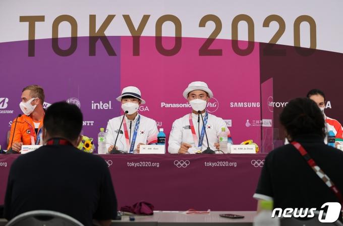 [사진] 금메달 획득한 양궁 안산과 김제덕의 기자회견
