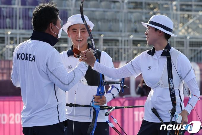 [사진] 첫 금메달 기쁨 나누는 안산-김제덕