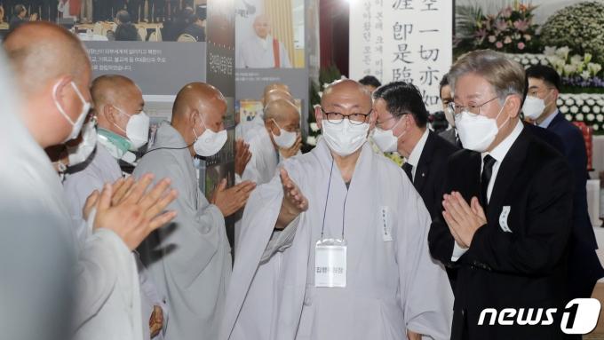 이재명 경기지사가 24일 전북 김제 금산사에 마련된 조계종 전 총무원장 월주스님 빈소를 찾아 조문을 한 뒤 스님들과 인사를 나누고 있다. 2021.7.24/뉴스1 © News1 유경석 기자