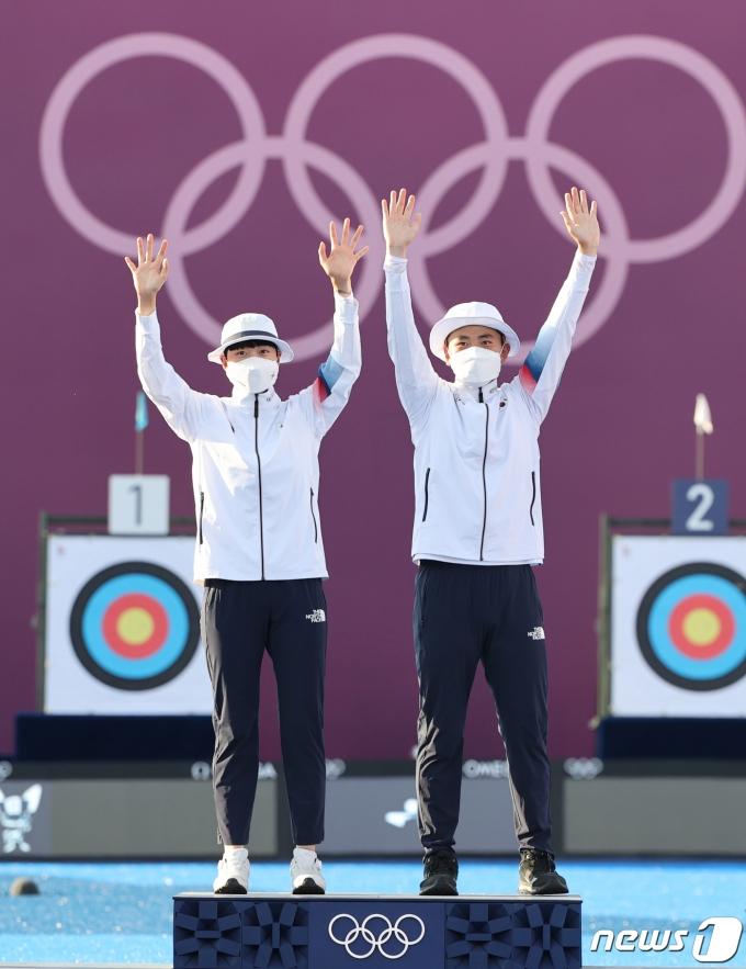[사진] 첫 금메달 안겨준 안산과 김제덕