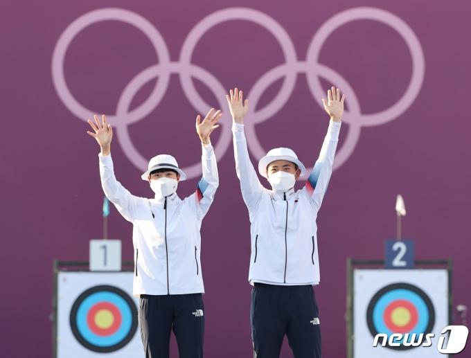 [사진] 두 팔 번쩍 들고 인사하는 금메달리스트 안산과 김제덕