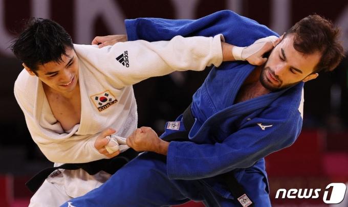 김원진(왼쪽)은 2020 도쿄 올림픽 동메달결정전에서 패했다. © AFP=뉴스1
