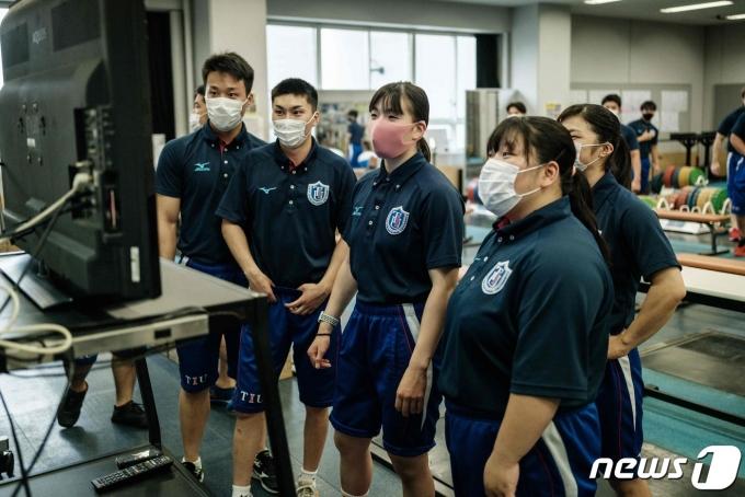24일 도쿄국제대 역도 선수들이 도쿄올림픽 경기를 시청하고 있다.© AFP=뉴스1