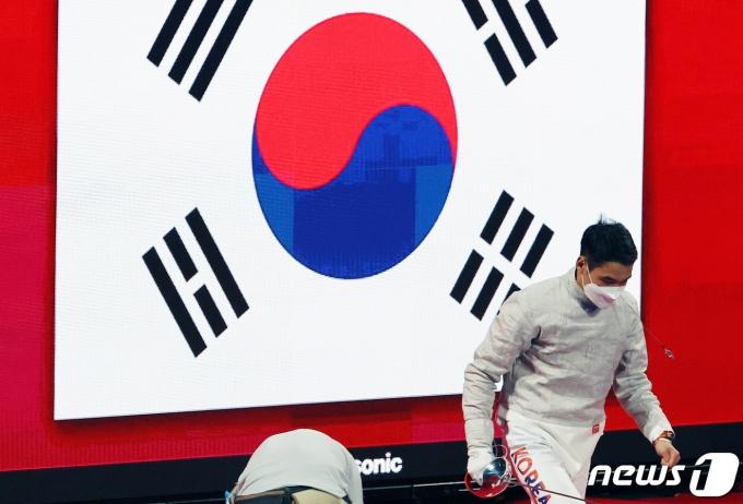 [사진] 김정환 '태극기 뒤에 품고'