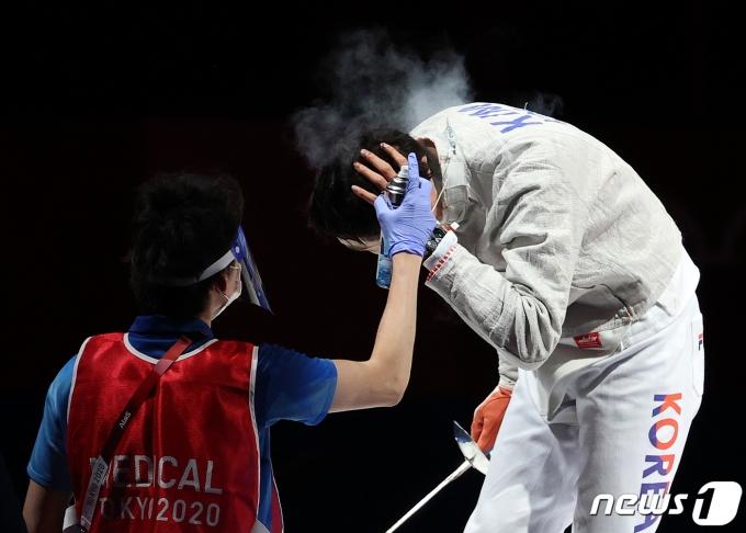 [사진] 의료진 도움 받는 김정환