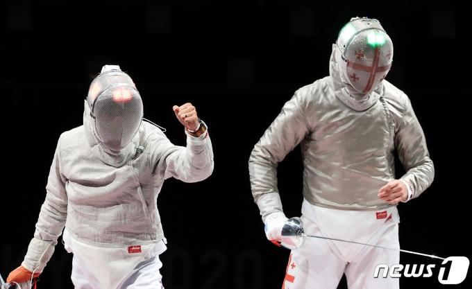 대한민국 펜싱 김정환이 24일 오후 일본 지바 마쿠하리 메세홀에서 열린 2020 도쿄올림픽 남자 사브르 동메달결정전에서 공격에 성공시킨 후 환호하고 있다. 2021.7.24/뉴스1 © News1 이재명 기자