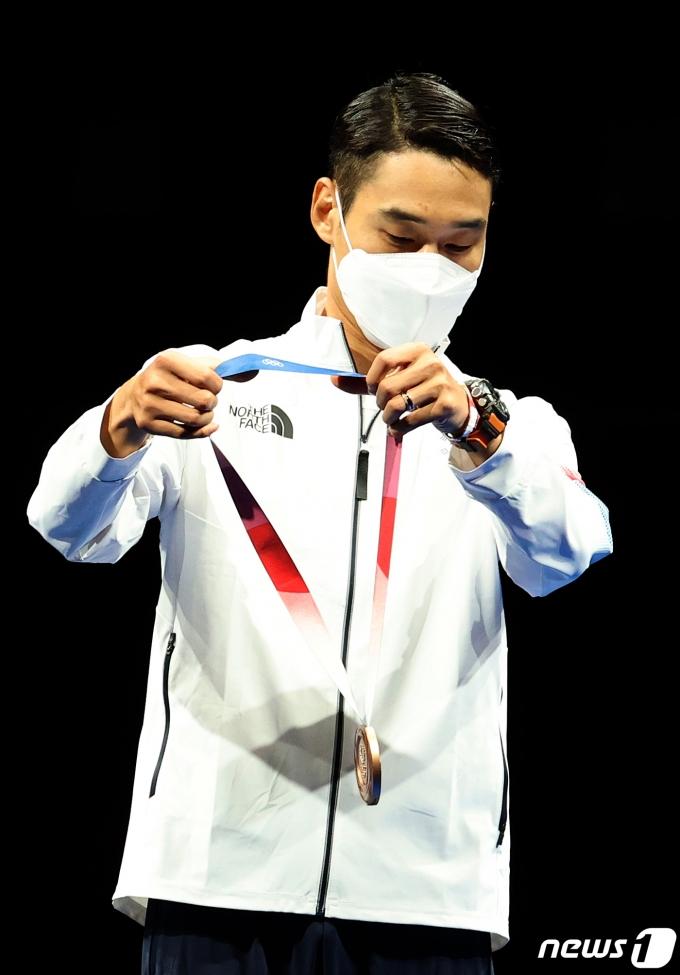[사진] 동메달 수여받는 펜싱 김정환