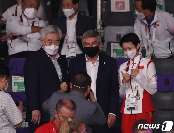 [사진] 기념 촬영하는 바흐 IOC 위원장