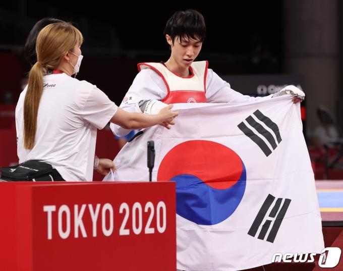 [사진] 태극기 펼친 태권도 장준 '도쿄올림픽 동메달'