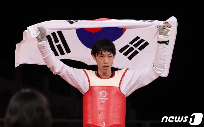 [사진] 태극기 든 장준 '동메달 획득'