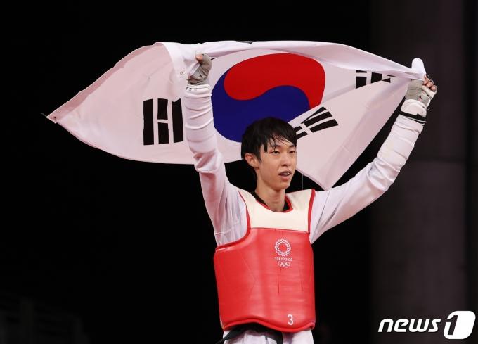 [사진] 태극기 든 태권도 장준 '최선을 다한 동메달'