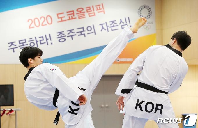 도쿄 올림픽에서 남자 68㎏급에 출전하는 이대훈(왼쪽) © News1 김진환 기자