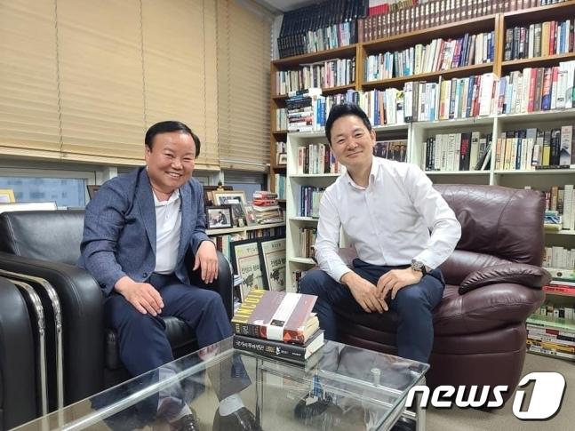 김재원 국민의힘 최고위원이 장성민 전 의원과 만나는 모습. © 뉴스1