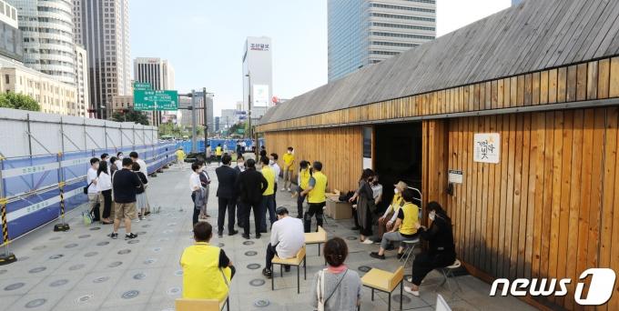 서울시가 광화문광장에 설치된 '세월호 기억공간' 철거를 위해 공간 안에 있는 사진과 물품 정리에 나서겠다고 통보한 23일 오후 세월호 유가족 측이 세월호 기억공간 앞을 지키고 있다.  2021.7.23/뉴스1 © News1 박지혜 기자