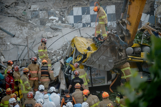 광주 동구 학동의 한 재개발 철거현장에서 일어난 건물붕괴 참사 원인규명 결과가 곧 발표된다. 사진은 사고 당시 소방당국이 구조작업을 펼치는 모습. /사진=뉴시스 김혜인 기자
