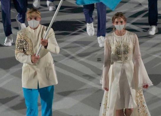 도쿄올림픽 개회식 카자흐스탄 기수로 등장한 올가 리파코바(오른쪽). (소셜네트워크서비스 갈무리) © 뉴스1