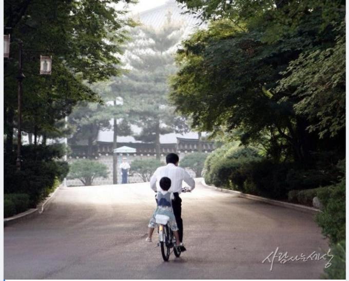 고 노무현 전 대통령이 손녀를 자전거에 태우고 청와대 경내를 돌고 있는 모습. (사람사는 세상 노무현재단 제공) © 뉴스1