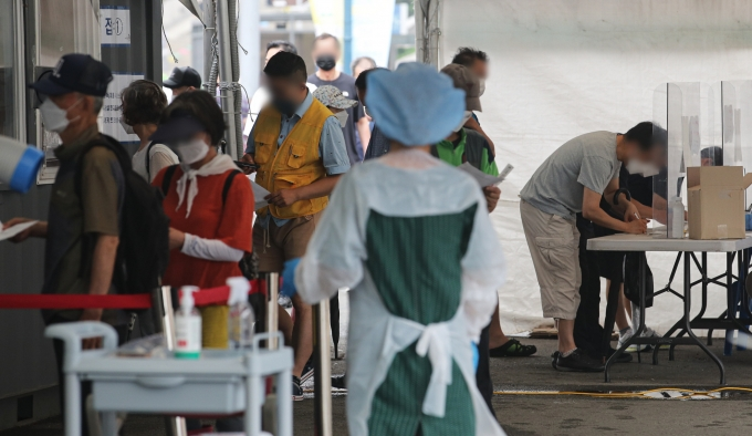 코로나19 신규 확진자가 25일 0시 기준 1487명으로 집계됐다. 사진은 지난 11일 서울 중구 서울역 인근에 마련된 임시선별진료소에서 시민들이 검사를 받기 위해 대기 중인 모습. /사진=뉴시스