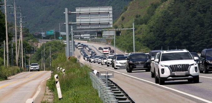일요일 전국 고속도로가 다소 혼잡할 전망이다. 사진은 영동고속도로 모습. /사진=뉴시스