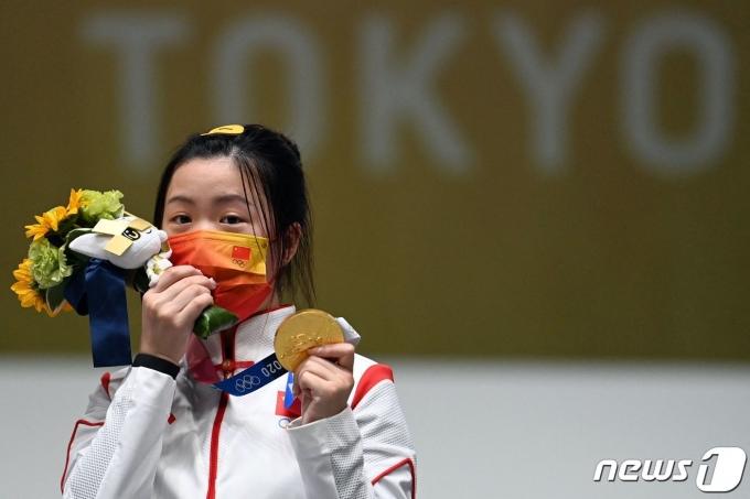 중국 양첸이 24일 제32회 도쿄올림픽 사격 여자 10m 공기소총에서 금메달을 획득했다. © AFP=뉴스1 © News1 정윤영 기자