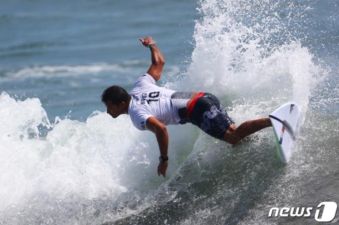 7월 25일 2020 도쿄올림픽이 대회 3일 차를 맞은 가운데, 일본의 숏보드 선수가 파도를 타고 있다. 서핑은 이번 도쿄올림픽에서 처음으로 정식종목으로 채택됐다. © 로이터=뉴스1 © News1 정윤영 기자
