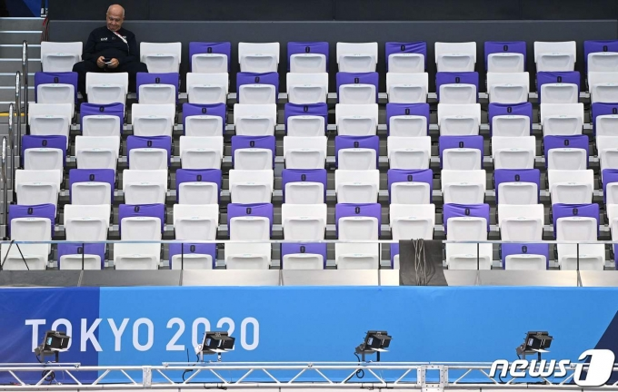 7월 25일 2020 도쿄올림픽이 대회 3일 차를 맞은 가운데, 한 남성이 수상스포츠 경기장에서 경기를 관람하고 있다. © AFP=뉴스1 © News1 정윤영 기자