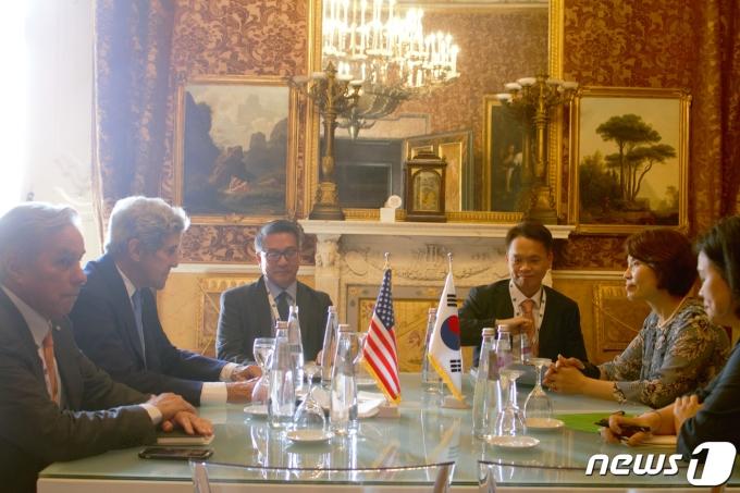 한정애 환경부 장관(오른쪽 두번째)이 23일(현지시간) 오전 이탈리아 나폴리 왕궁에서 존 케리(John Kerry) 미국 기후특사와 기념촬영을 하고 있다. (환경부 제공) 2021.7.24/뉴스1