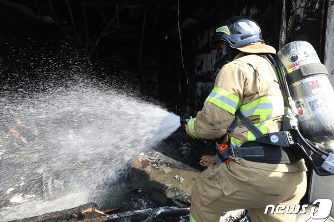 화재 현장에 출동한 소방관.(사진은 기사 내용과 무관함)/뉴스1 © News1